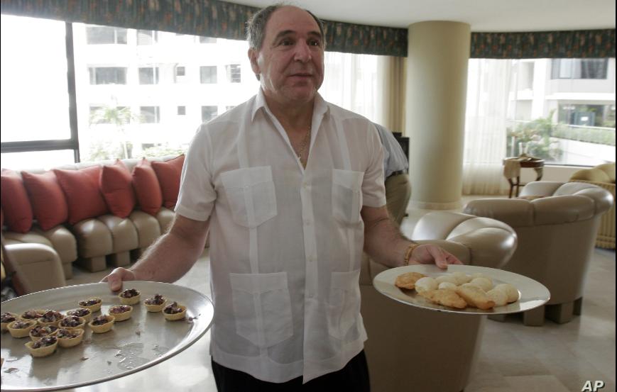 El expresidente de Ecuador, Abdalá Bucaram, en su residencia de Panamá, donde estuvo exiliado durante 20 años / AP