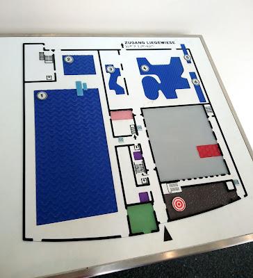 Tastplan für Blinde und Seebehinderte mit den Innenräumen des Blus. Auch für Sehende eine gute Orientierungshilfe.