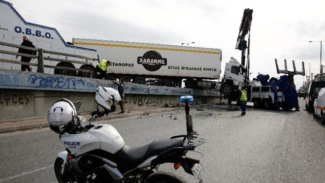 Εκτροπή νταλίκας - Τραυματίας ο οδηγός