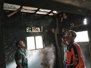 Serka Abdul Rohmat Meninjau Rumah Warga yang Tersambar Petir