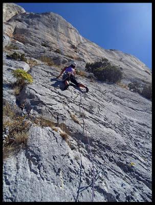 Escalando en la vía Pitxe a Peña Karria