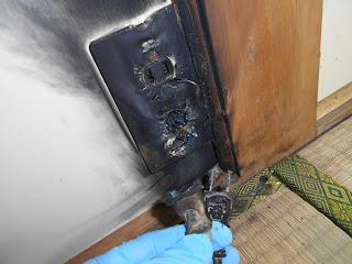 参考写真:延長コードを使用して発火した延長コンセント