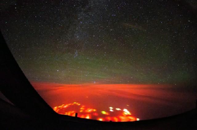 توهج أحمر فوق المحيط الهادي