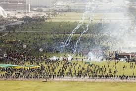 Mais bombas sobre os trabalhadores jogadas dos helicópteros da policia de Brasilia.