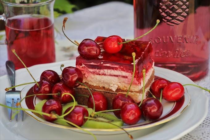 Bizcocho con gelatina roja de cerezas