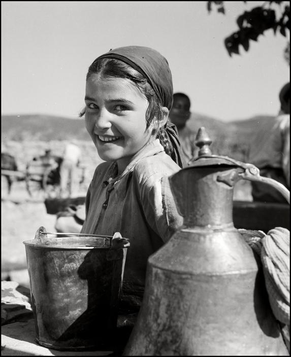 Крымскотатарская девочка с кувшинами, 1943 год