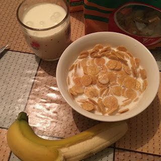 vecera-kornfleks-slatko-mleko-zute-oljustene-banane-zdravo-se-hranim-mladost