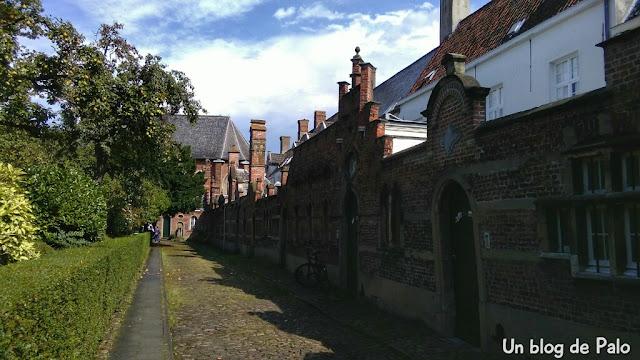 Casas en torno al jardín en el beaterio de Amberes