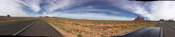 Fahrt durchs Monument Valley in Richtung Page, Arizona in 2016