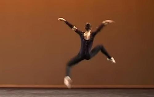 Bailarina realiza una difícil e inquietante danza de la araña inspirada en arañas reales