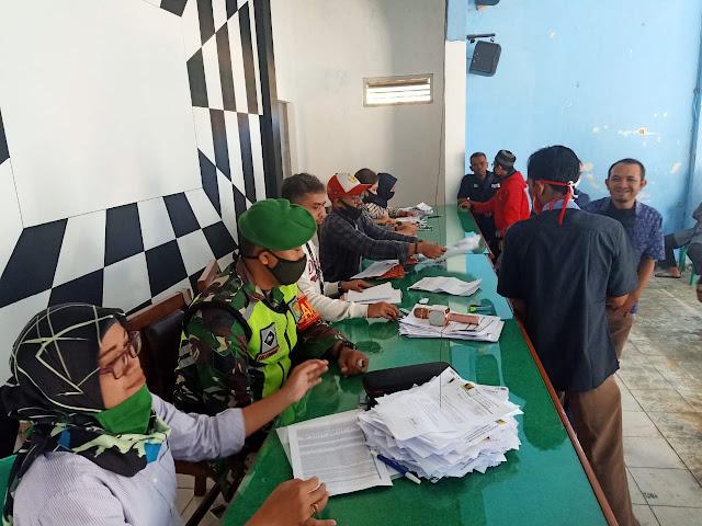 TNI-Polri Dampingi Pemberian Kartu KKS Di Desa Cicantayan