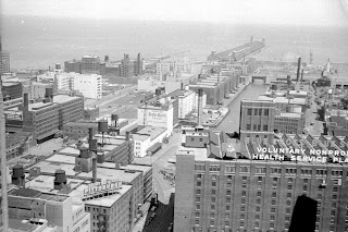 A black and white photo of Chicago showing a number of industrial buildings.
