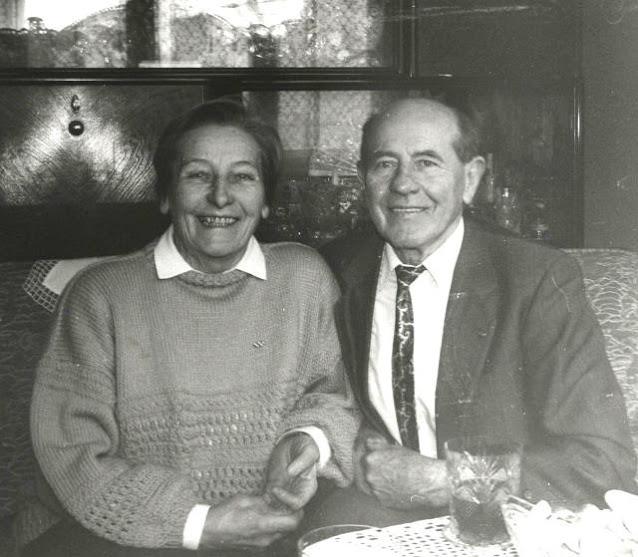 Emil Zátopek e Dana Zátopková posam para foto em preto e branco