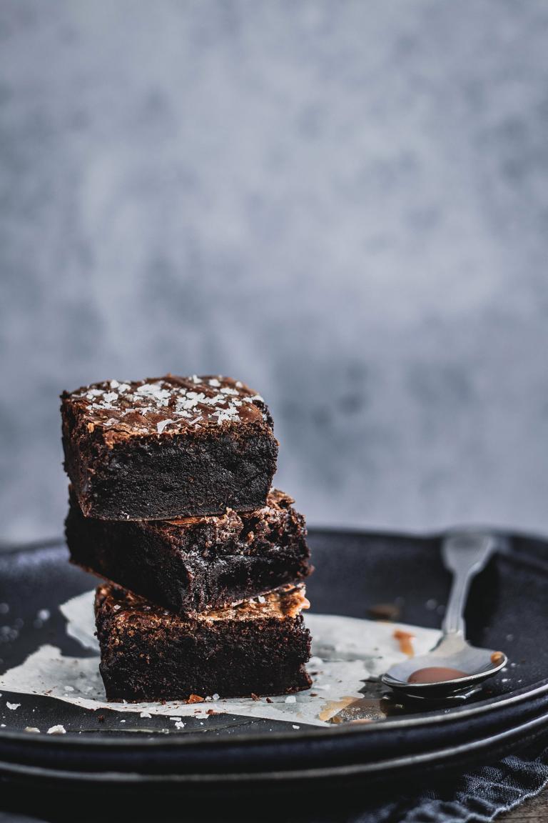 Brownie-Schnitten und Salted Caramel auf einem Teller