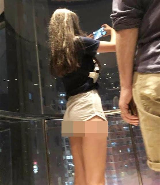 Mặc quần thun ngắn cũn cỡn lộ nguyên vòng 3, cô gái trẻ làm bao người trong thang máy đỏ mặt