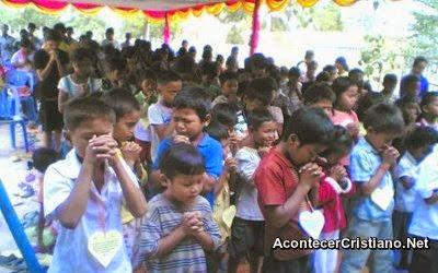 Niños cristianos orando en Laos