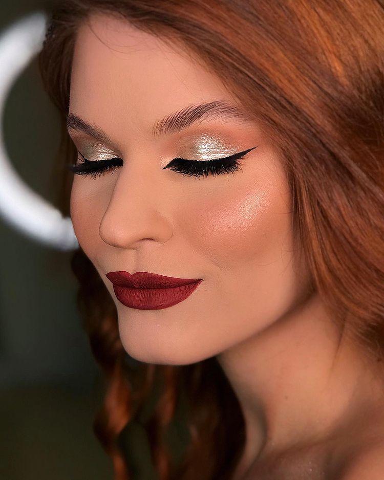 Maquiagem glitter dourado batom vermelho