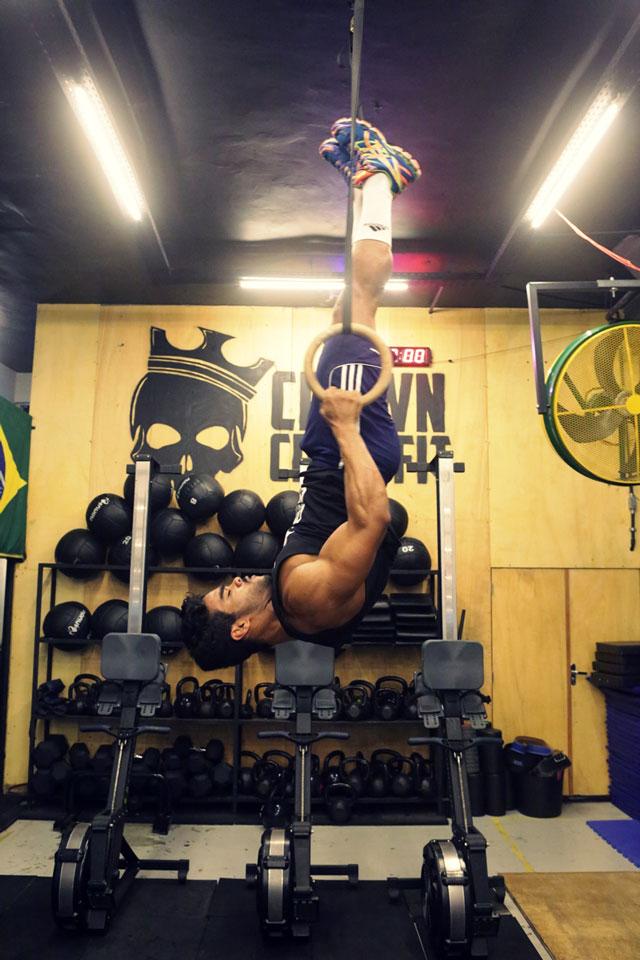 Danilo Lobo realiza movimento que exige força em argolas de ginástica olímpica. Foto: Alan Chaves/Juliano Mendes Assessoria