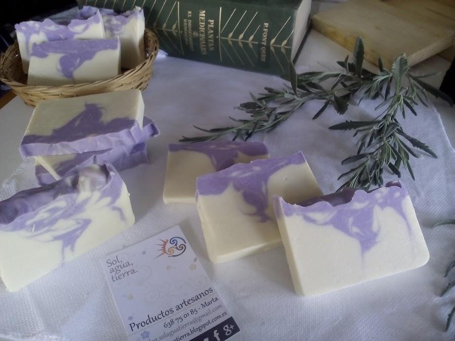 Jabón artesanal con aceite de oliva, coco y lavanda.
