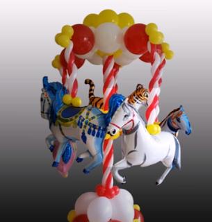 Karussell mit Pferden aus Luftballons zur Partydeko.