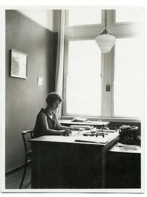 Frau im Buero, Schreibtisch, Foto schwarz-weiß