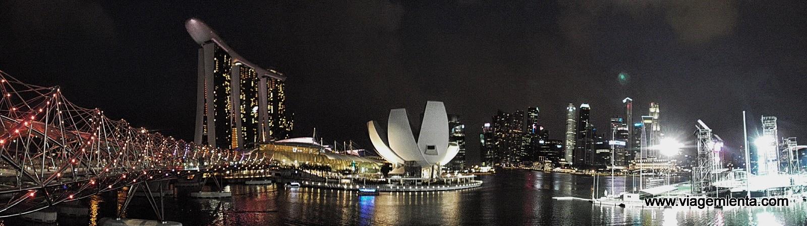 Visão noturna da Marina Bay