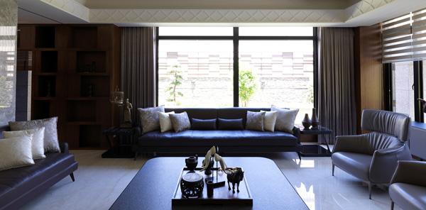 充足的陽光使人神清氣爽,大片落地窗,屋主坐在客廳就能享受自然氣息。