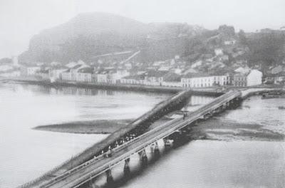 Vista del puente de madera junto con el nuevo construido de hierro. Foto Daniel  A. Fervienza. 1898. Colección Enrique Cofiño
