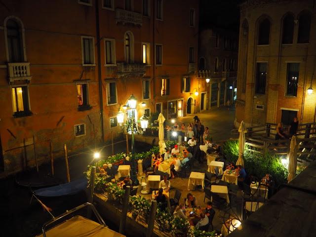 Pohled na jednu z restaurací u kanálu, Benátky v noci - Venezia at night