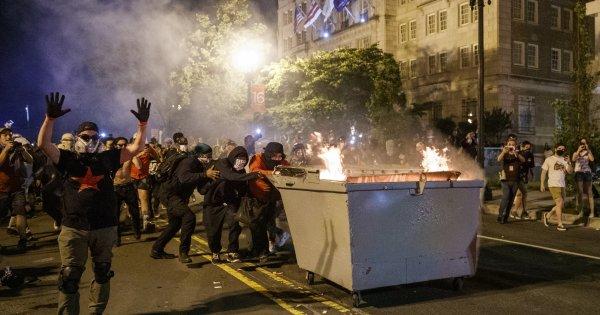 Υποκινούμενες ταραχές μπροστά από τον Λευκό Οίκο - Φωτιές και πλαστικές σφαίρες (βίντεο)