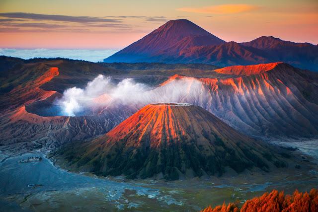 Núi lửa nằm trong Công viên quốc gia Bromo Tengger Semeru, là một điểm du lịch nổi tiếng. Lately Mount Bromo đã hoạt động vào năm 2004, 2010 và 2011. Do đó, trong lễ hội Hindu, người dân địa phương lên núi để hiến tế thức ăn và hoa bằng cách ném nó vào miệng núi lửa Caldera.