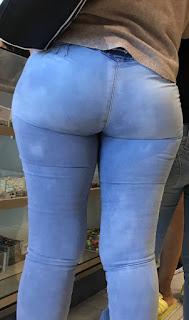Guapa mujer cola redonda jeans apretados