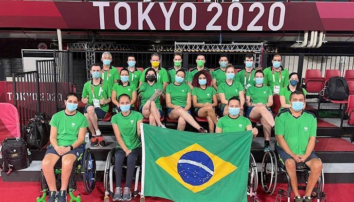 Delegação brasileira de tênis de mesa pousa para foto com bandeira do Brasil