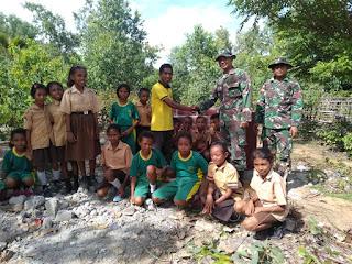 Satgas Pamtas Yonif R 142/KJ Bangun Bak Sampah Sebagai Sarana Kebersihan Lingkungan di Sekolah