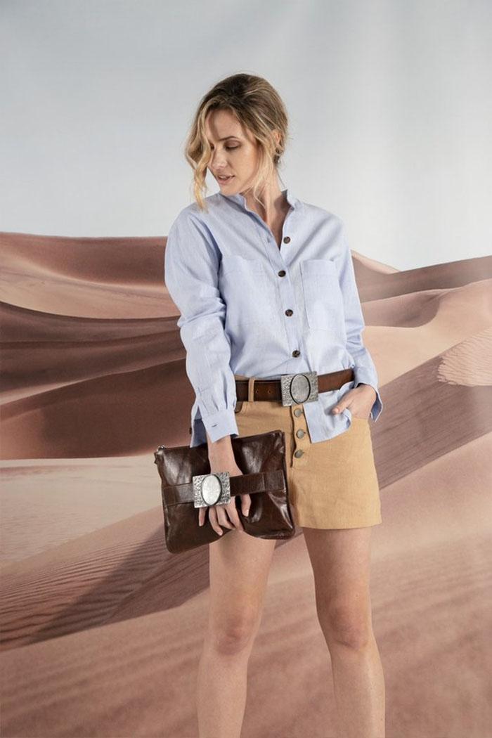 Camisa de jean celeste y minifalda con botones moda mujer verano 2020.
