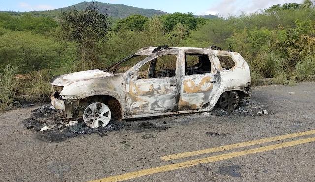 Carro é encontrado queimado com um corpo carbonizado dentro na PB-400