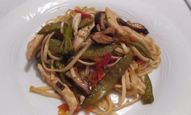 Fideos Udon con pollo, verduras y setas