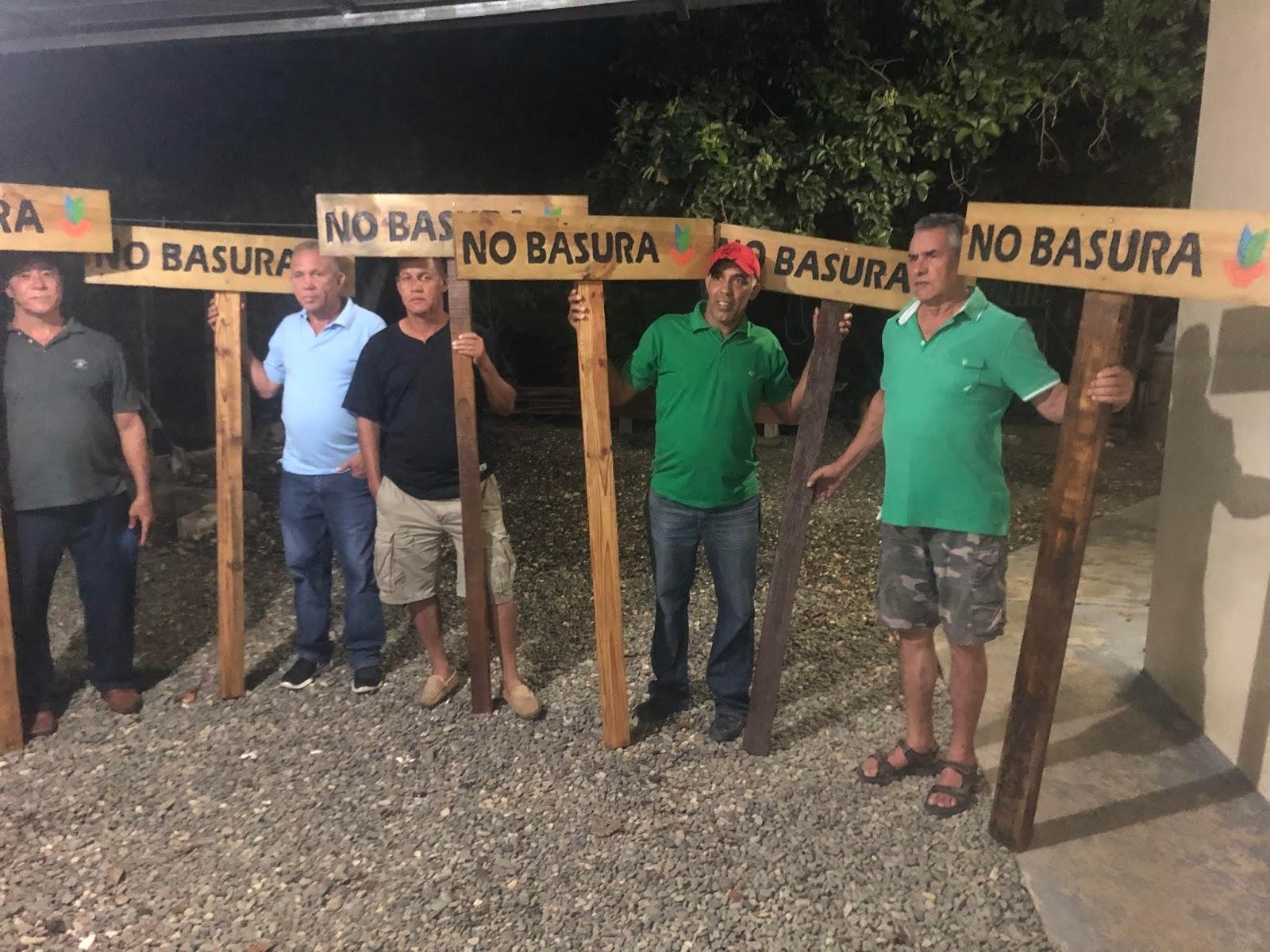 Instituto del Ambiente entrega letreros a comunitarios de Jimayaco Abajo, La Vega