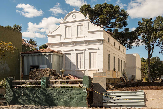 Uma velha casa sendo restaurada