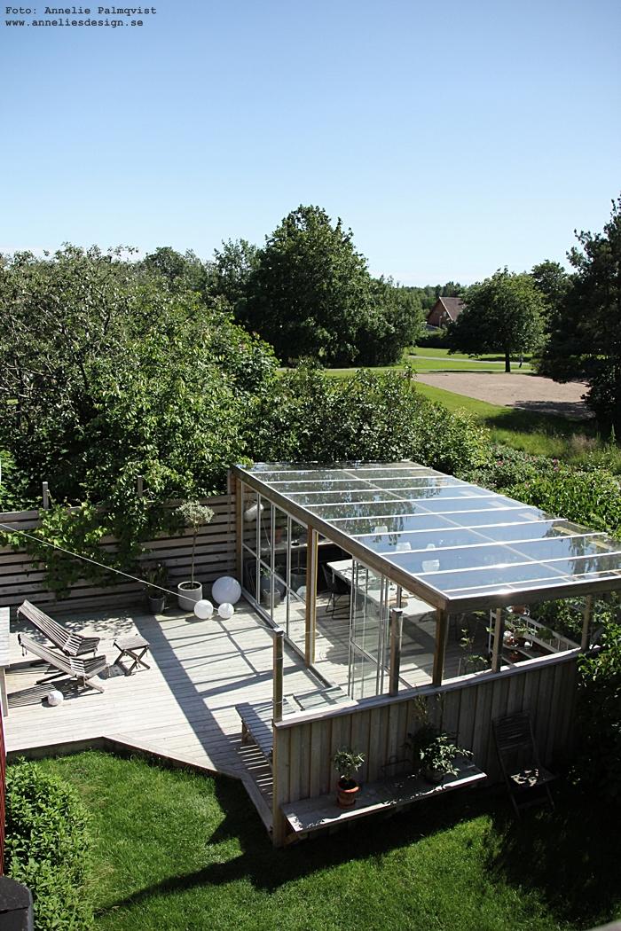 altan, uteplats, trädäck, trädäcket, trädgård, inglasat uterum, glastak, skjutdörrar, ljusboll, ljusbollar, moodlite, inredning, sommar,
