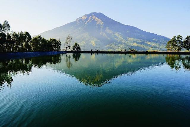 Menikmati keindahan gunung dari Embung Kledung