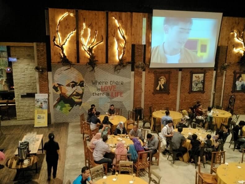 suasana woodstairs cafe