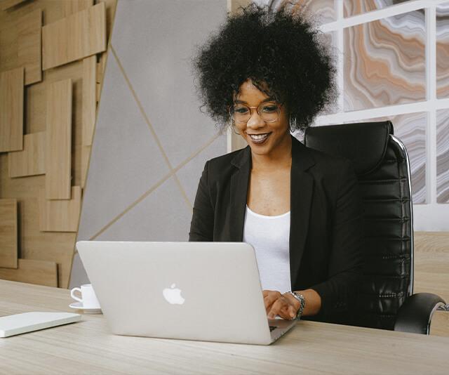 emprrendedora trabalhando com marketing digital