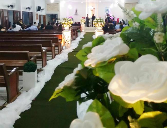 Decoração de casamento com flores brancas