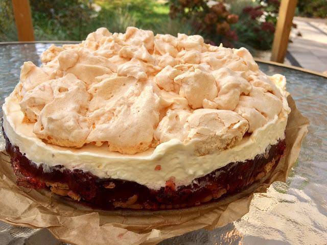 pyszne ciasto z galaretką, bezą i bitą śmietaną