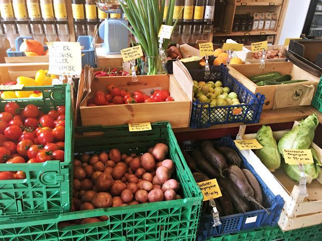 Plastfri frukt og grønt hos Mølleren Sylvia, samt løsvekt. Foto: Marit Inderhaug