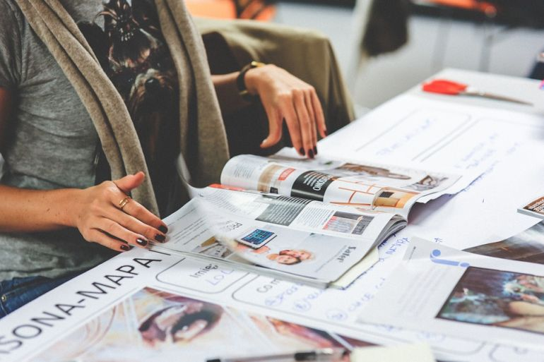 Femeia citea ziarul, când a văzut o fotografie la o recenzie pentru un restaurant! A fost la un pas să clacheze