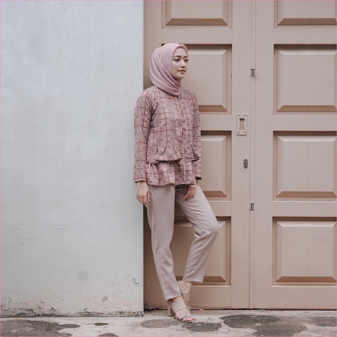 Outfit Kerudung Segiempat Ala Selebgram 2018 kerudung segiempat hijab square polos baby pink baju top blouse kemeja merah maroon celana bahan high heels krem ciput rajut ootd trendy kekinian hijabers pintu kayu tembok aspalan