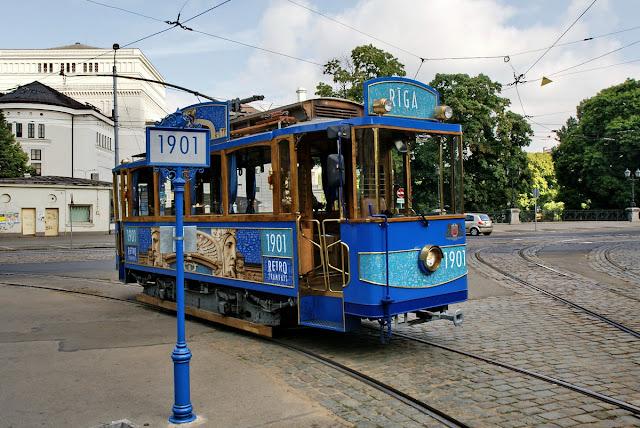 Приблизительно 2008 год. Ретро-трамвай в синем цвете на улицах города