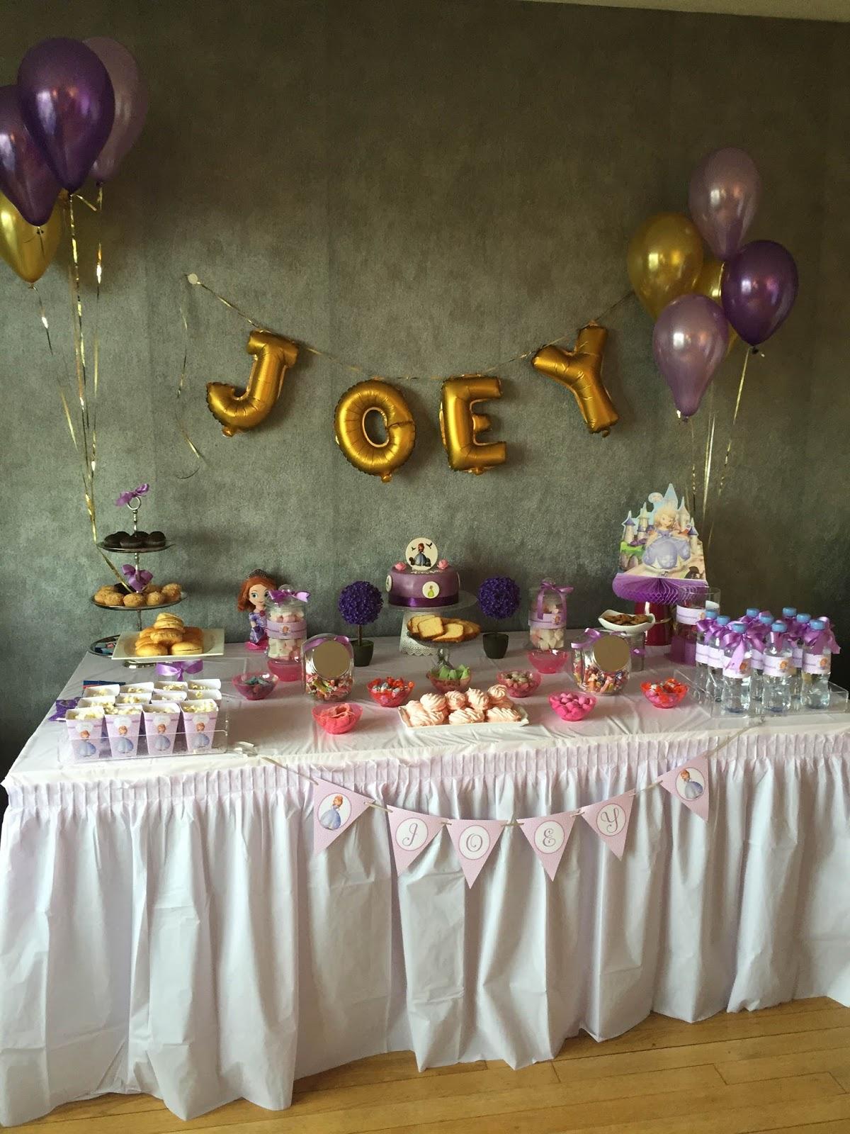 Buffet sucré avec ballons or et violets